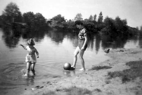 Hier sieht man Martha mit ihrem goldenen Ball, bei dem verzweifelten Versuch, einen willigen Frosch anzulocken.